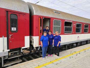 Fotenie fanúšikov železníc počas jazdy do Hoštíc
